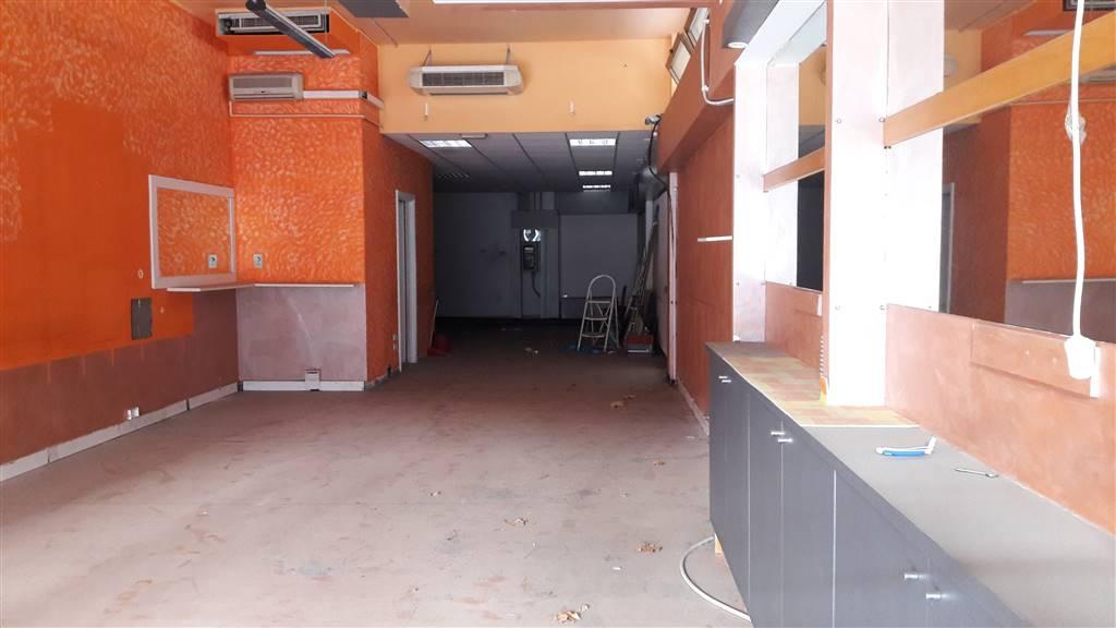 In zona di passaggio e comodo per i parcheggi, locale commerciale di mq. 140, con 2 bagni, locale ripostiglio e soppalco per uso ufficio e/o