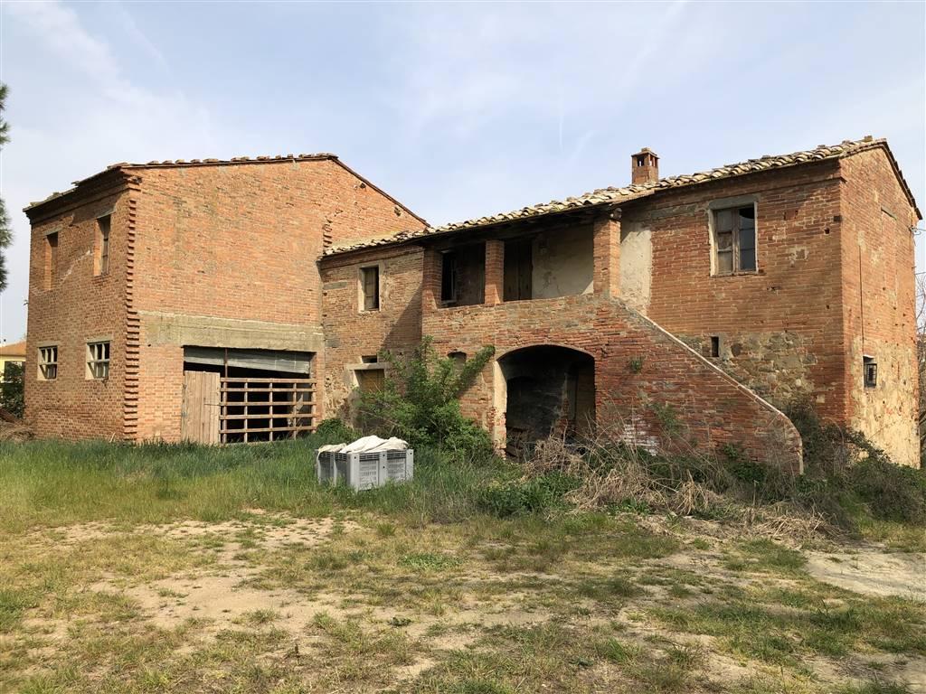 A 2 Km dall' Outlet di Foiano della Chiana , proprietà composta da tipica casa colonica della valdichiana, su 2 livelli, per un totale di mq. 260