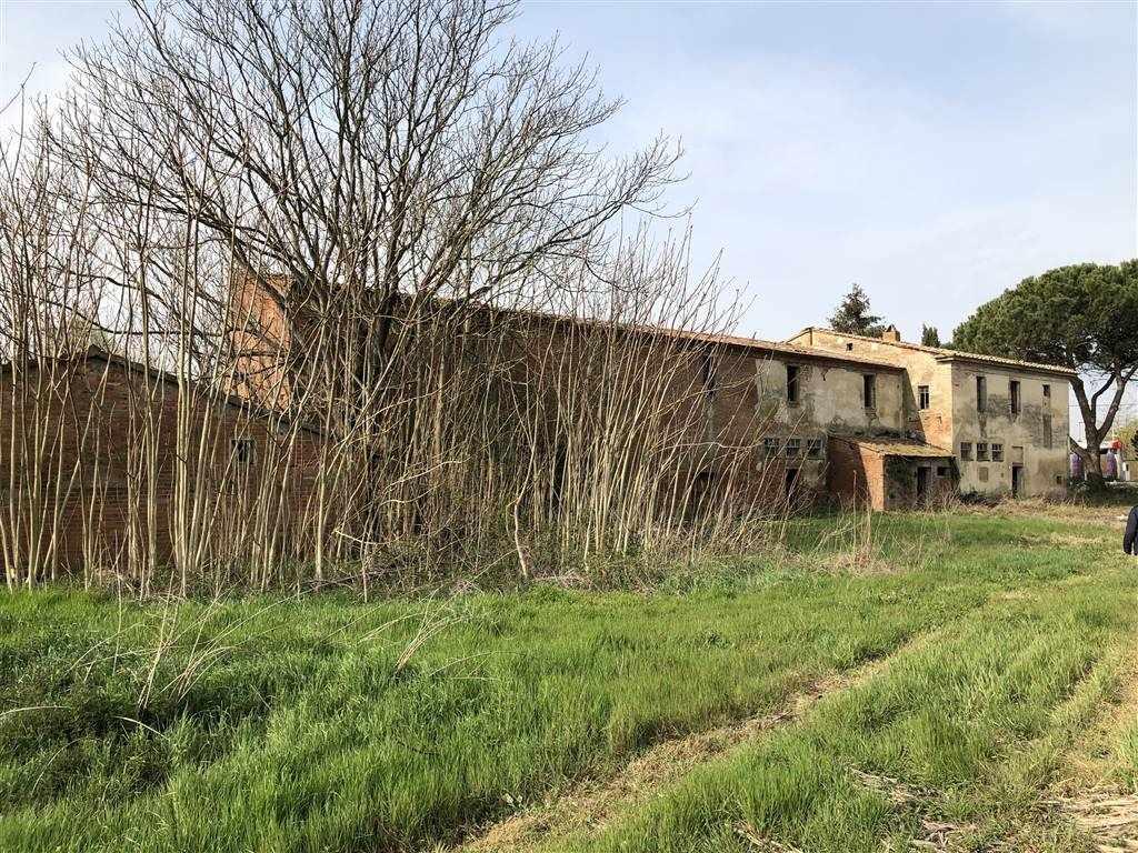 A 2 Km dall'Outlet di Foiano della Chiana, casolare completamente da ristrutturare per un tot. di mq. 1000 disposti su 2 livelli. La proprietà