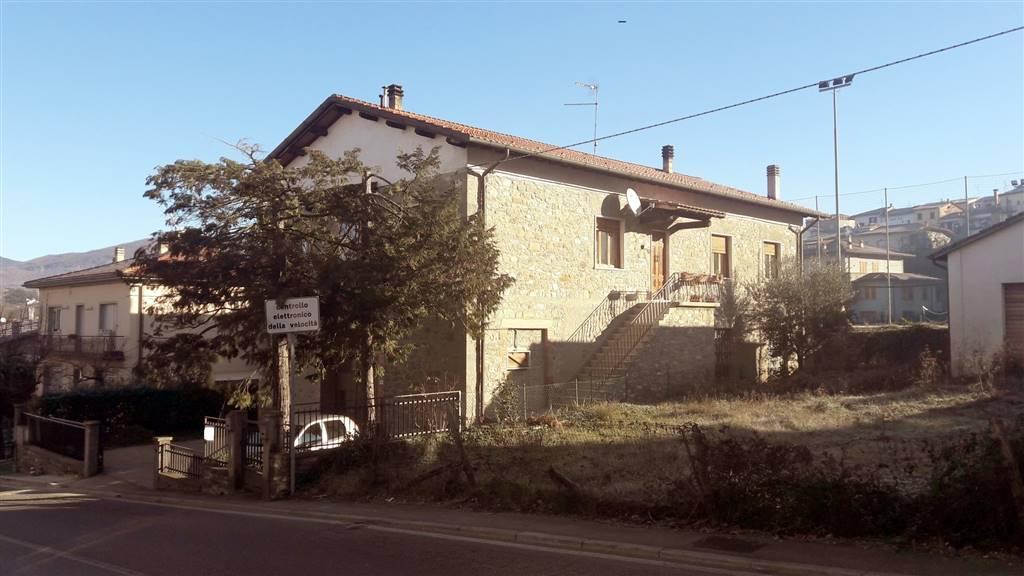 Bibbiena - In zona prossima al centro, ma tranquilla e comoda a tutti i servizi, immobile di vecchia costruzione, con manufatti tipici in pietra, su