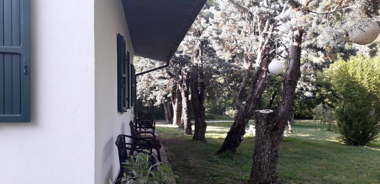 Dependance all'interno di parco con villa padronale. La dependance è totalmente indipendente ed è composta da: ingresso loggiato, cucinotto, sala