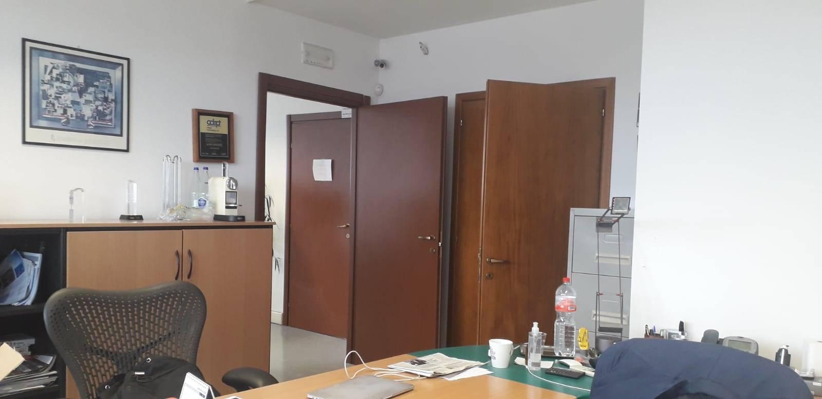 In zona commerciale di Via Calamandrei, locale commerciale/artigianale posto al piano terra e composto da locale ad uso laboratorio, uffici, 4 bagni