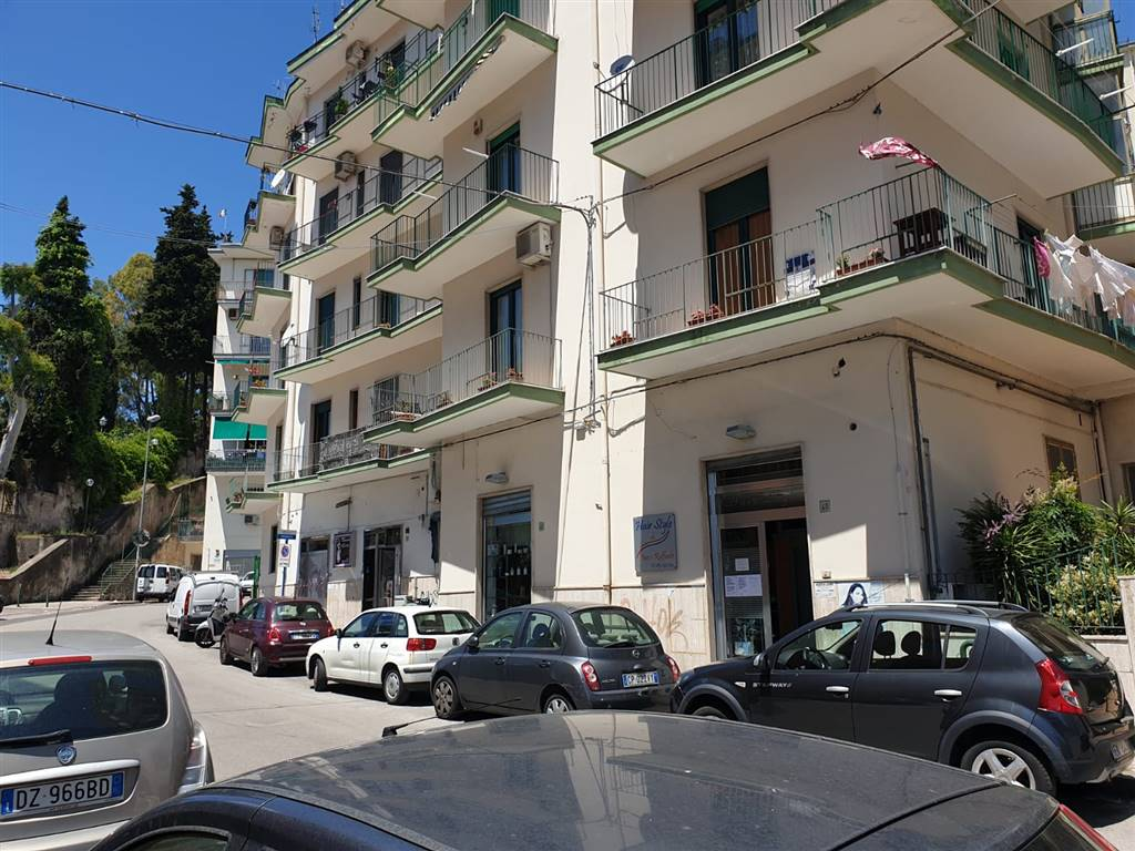 Via Valerio Laspro, in zona residenziale immersa nel verde, nei pressi del Parco del Seminario, proponiamo la vendita di ampio 6 vani. L'immobile è