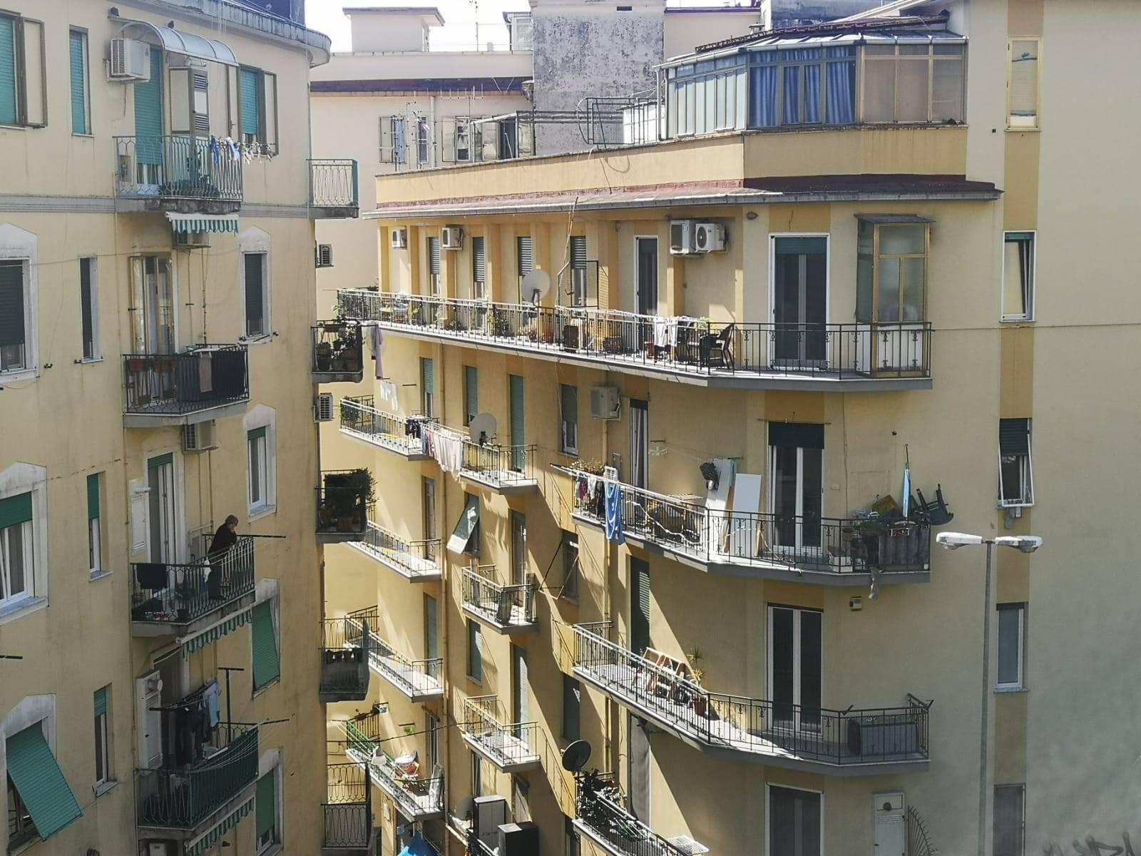 Salerno-Zona Carmine, a pochi passi da Piazza S. Francesco e dal centro della città, proponiamo la vendita di ampio appartamento di mq 130 circa. La
