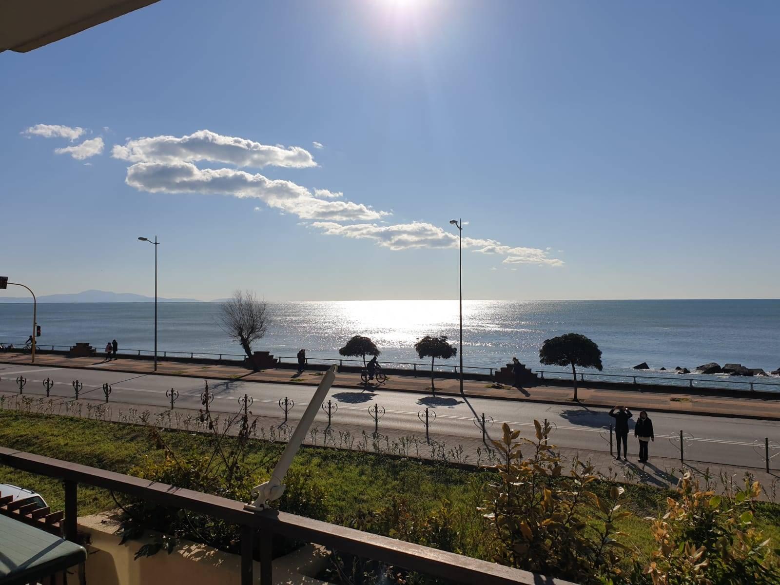 Salerno, Lungomare Trieste, In stabile signorile, proponiamo la vendita di ampio appartamento di mq 150 fronte mare. La soluzione è ubicata al piano