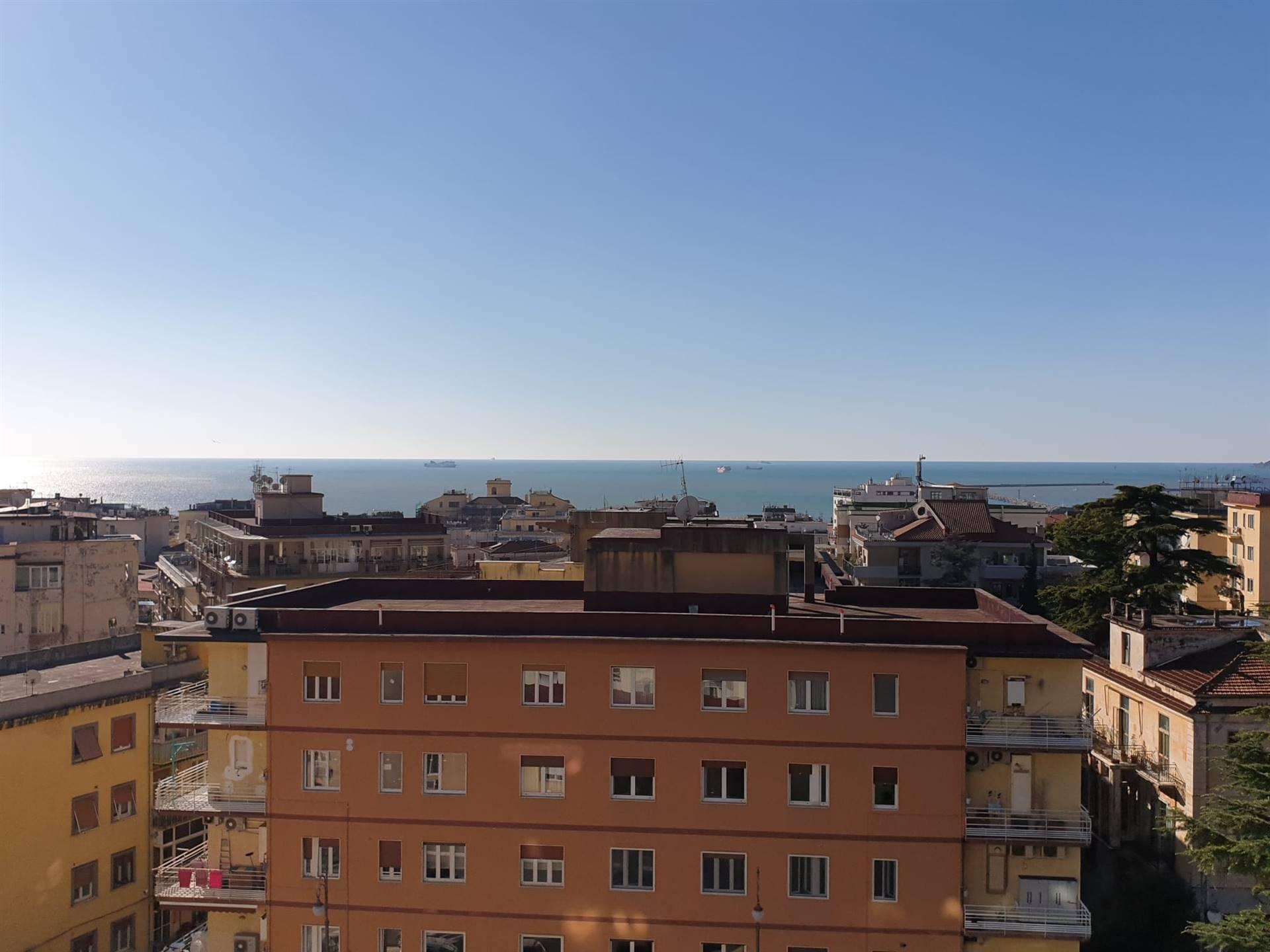 Salerno- Via Michelangelo Schipa , a pochi passi ada piazza San Francesco, proponiamo in vendita ampio appartamento ,composto da sei vani, cucina,