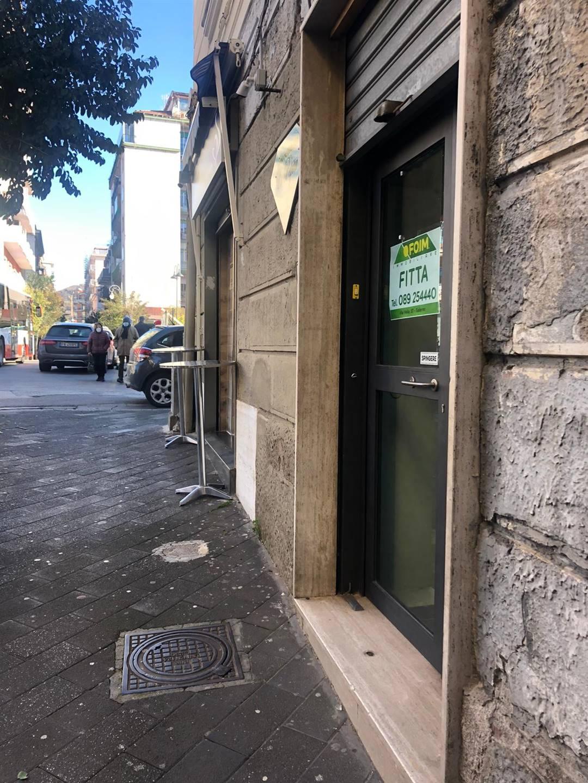Via Francesco Paolo Volpe, a pochi passi dal corso principale, in zona ad alto traffico pedonale e veicolare, proponiamo la locazione di locale