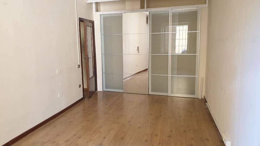Salerno centro, in prossimità del corso principale, proponiamo bilocale in locazione L'appartamento è così composto: ingresso su piccolo disimpegno,