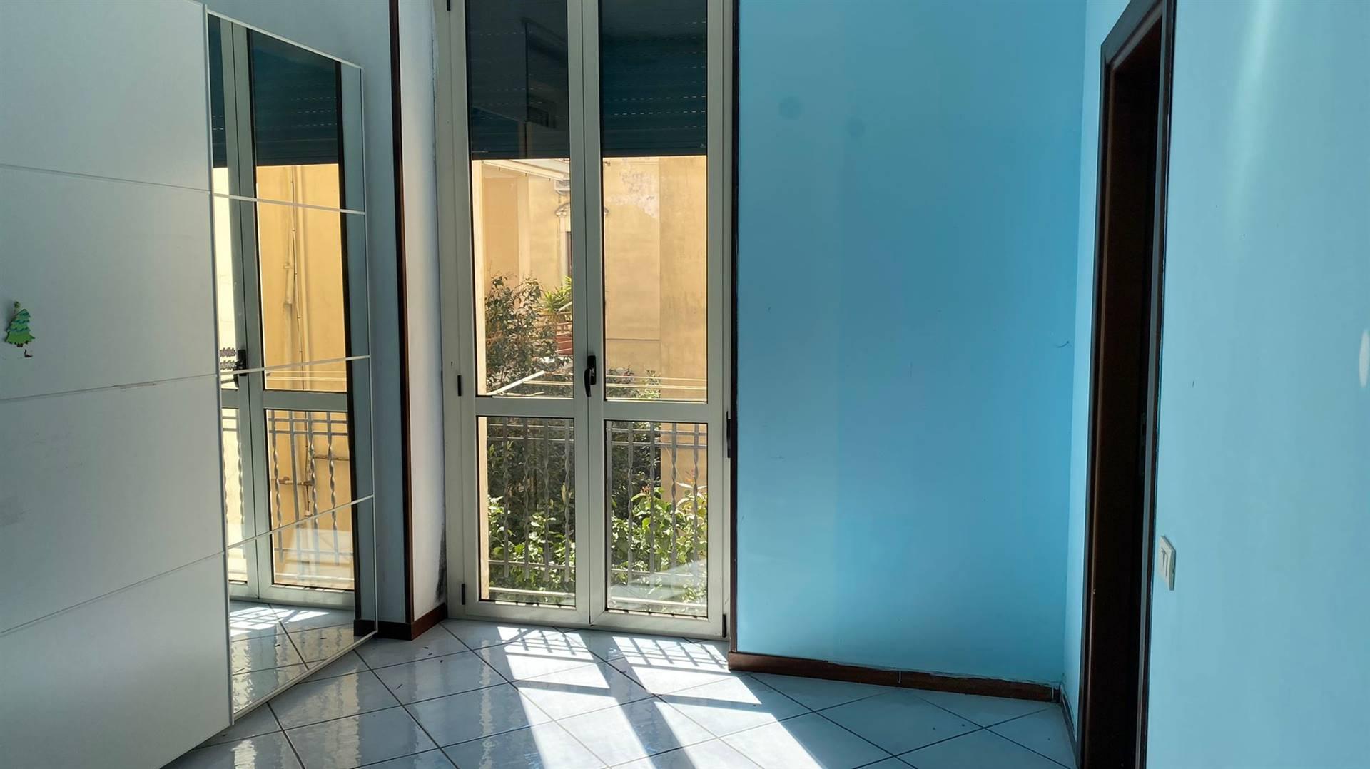 Ad. Via Arce proponiamo in locazione appartamento cosi composto: ampio soggiorno, cucina abitabile gia arredata, 3 camere e due bagni. Completa la