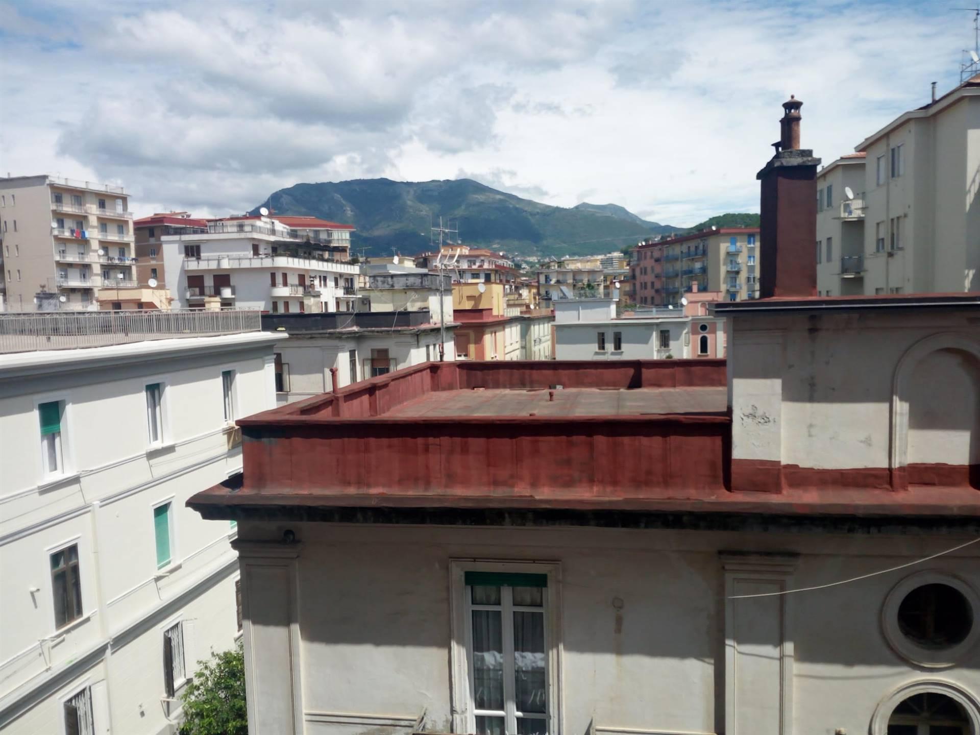 Via Zara, a due passi dal Trincerone e dal Corso Vittorio Emanuele, al quarto piano servito da ascensore, proponiamo la locazione transitoria di