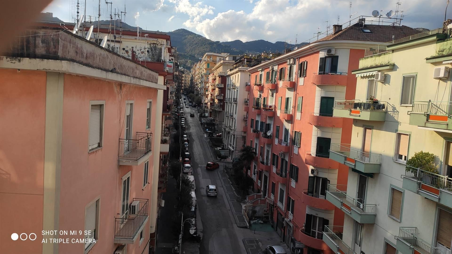 Salerno, nel cuore del quartiere Carmine, a pochi passi da Piazza San Francesco, proponiamo la vendita di LUMINOSO appartamento con ampie balconate,