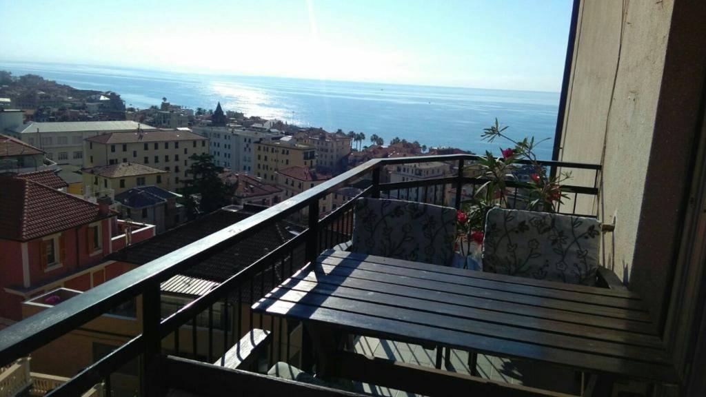 Varazze (SV) in Via Giovanni Bonfante a 400 mt dalla spiaggia, - in palazzina appartamento situato al 4 piano con ascensore composto da: ingresso,