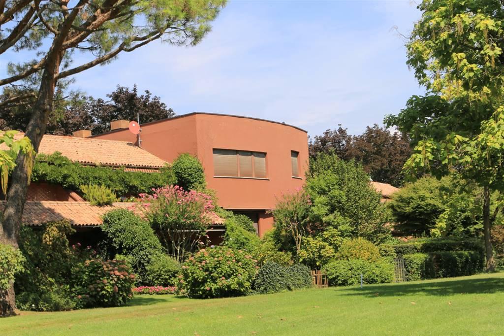 Nell'esclusivo Golf Club Monticello, campo da 36 buche con diversi percorsi e tutti i servizi collegati, dalla club house al tennis, piscina ,