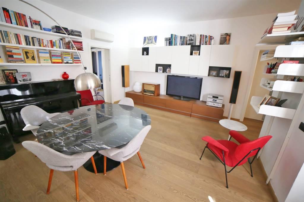Monza centro, in piccolo contesto degli anni 30 , proponiamo, in villa totalmente restaurata nel 2010, un elegante appartamento dotato di finiture di