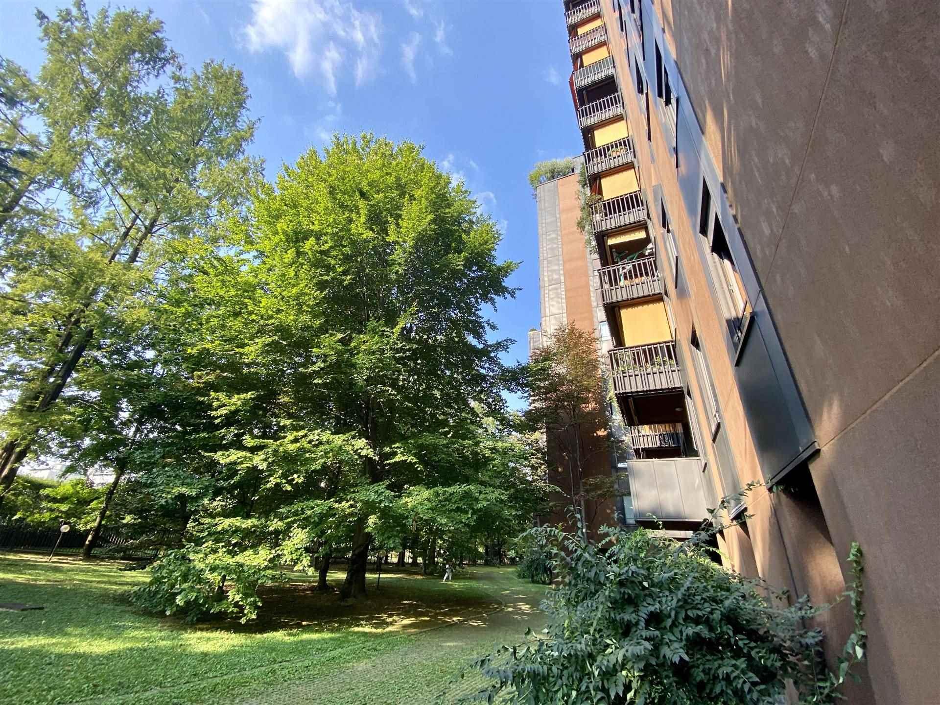 PIAZZA CANEVA ADIACENZE - In stabile signorile anni '80 con ampio giardino condominiale e portineria proponiamo per locazione transitoria di 1 anno, panoramico 9° piano mq 48 composto da: ingresso,
