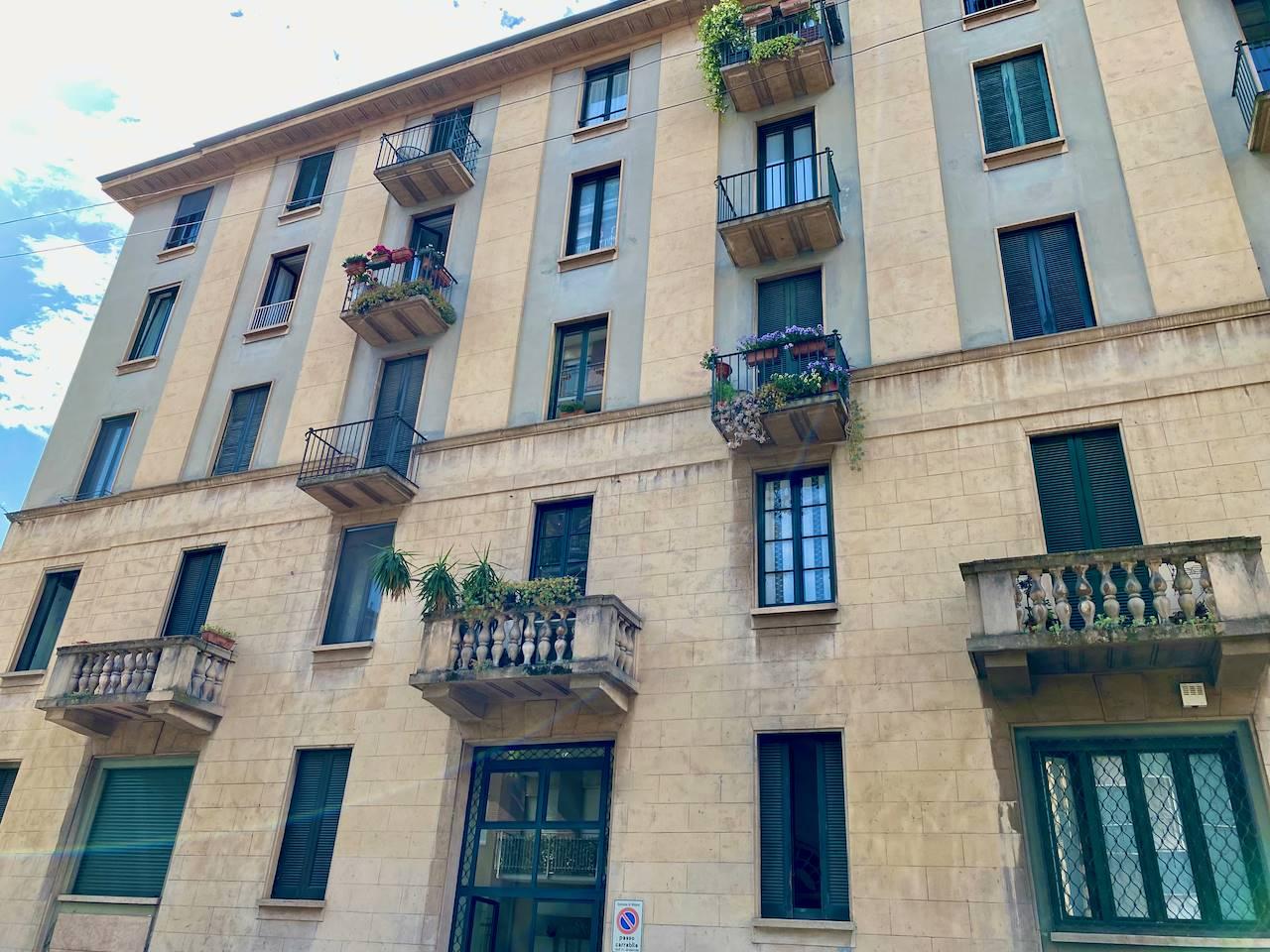 VIA SANSOVINO / PIAZZA BERNINI - In stabile anni '30 ben tenuto nelle parti comuni proponiamo panoramico ultimo piano mq 92 con splendido affaccio su Piazza Bernini composto da: ampio ingresso,