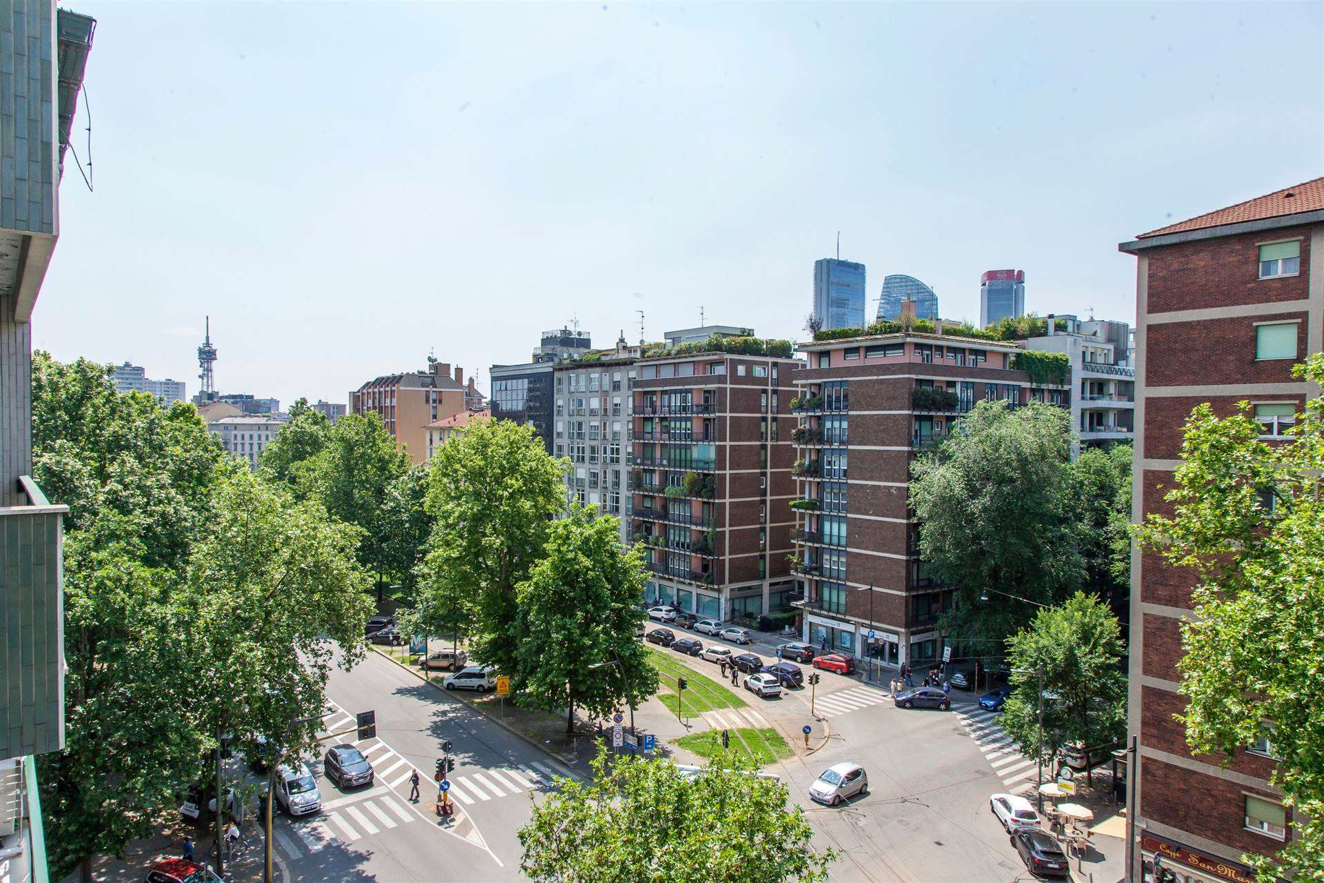 In corso Sempione, uno dei quartieri più esclusivi di Milano, proponiamo una soluzione di 250 m2 con terrazzo panoramico e doppio box auto. Per info e appuntamenti contattare LUCIANO PEDRINI