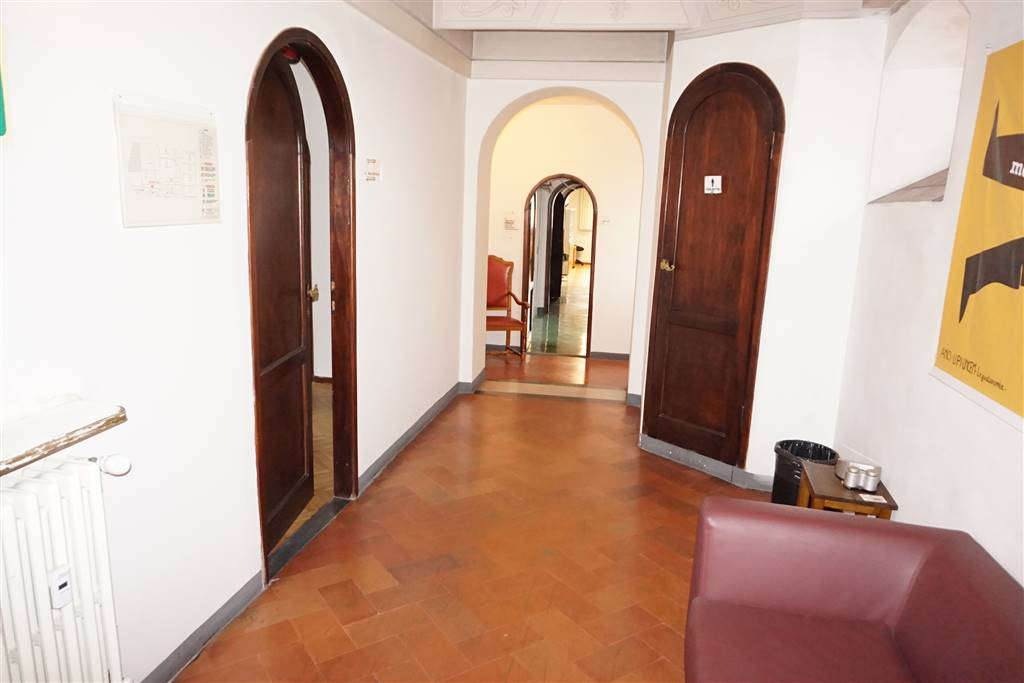 DUOMO, FIRENZE, Office for rent of 200 Sq. mt., Good condition, Heating Centralized, Energetic class: G, Epi: 222 kwh/m3 year, placed at 4°, composed