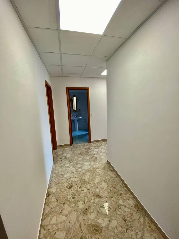 Ufficio / Studio in affitto a Monopoli, 2 locali, prezzo € 650 | CambioCasa.it