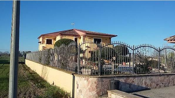 Villa, Cancello Ed Arnone