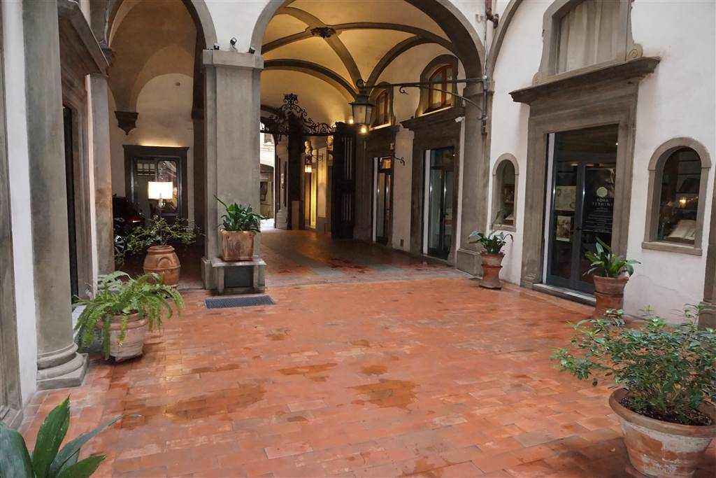 DUOMO, FIRENZE, Business unit for rent of 100 Sq. mt., Excellent Condition, Heating Centralized, Energetic class: G, Epi: 222 kwh/m3 year, placed at