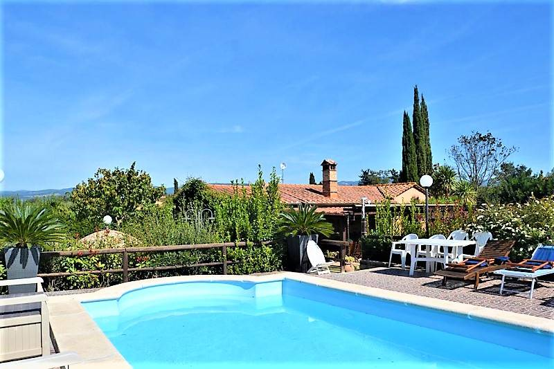 In the hinterland of the Tuscan Maremma, for sale a single-family villa of 120 sqm with swimming pool and park of about 5000 mt. An electric gate