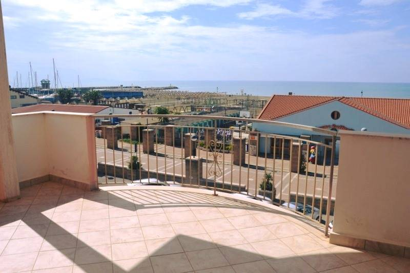 Very bright apartment with excellent exposure in a Liberty-style building facing the sea for sale in Marina di Gr, on the second and last floor.