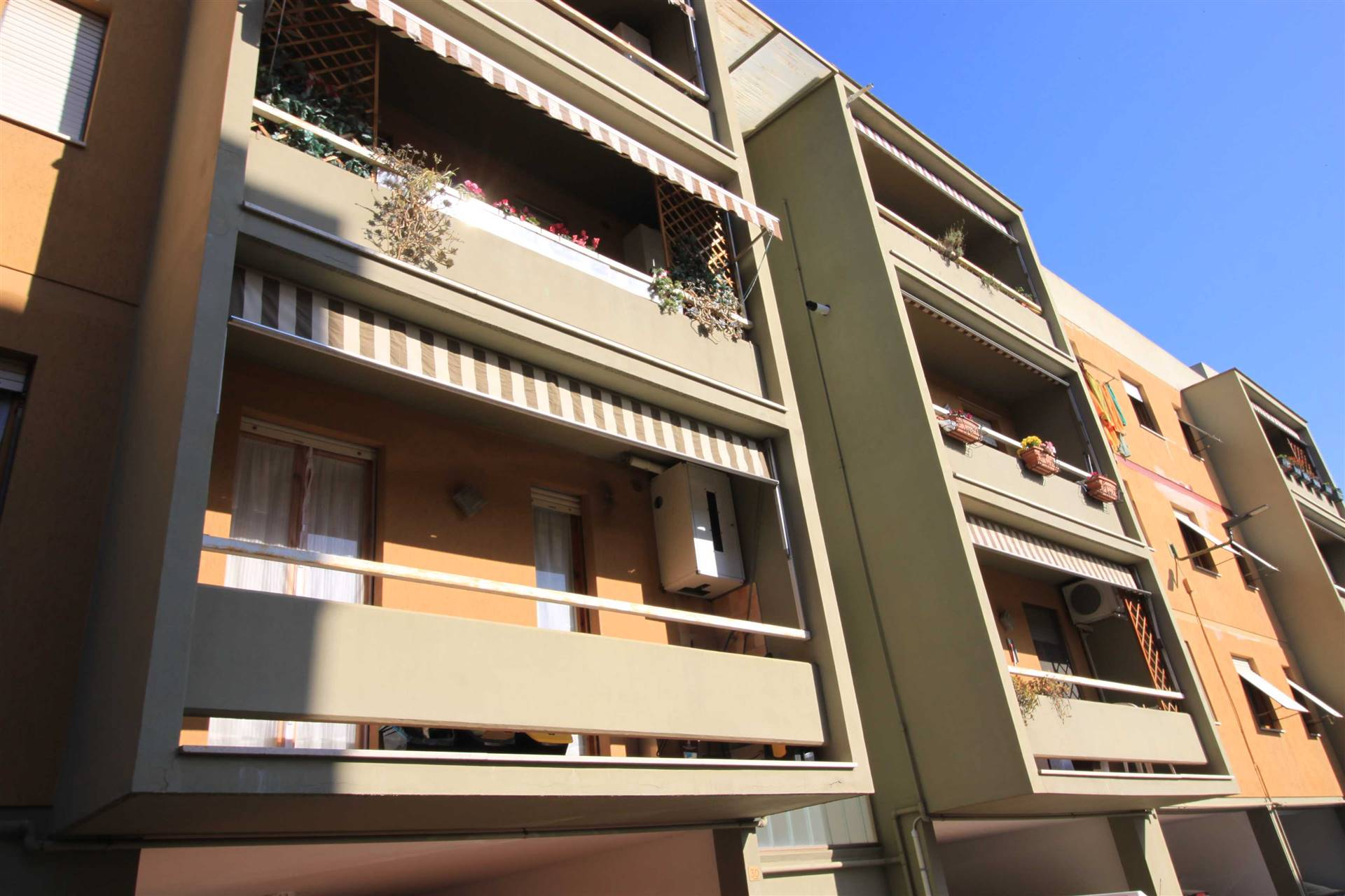 Zona OSPEDALE - Via Jugoslavia 30 Piccola palazzina in zona servitissima, comodo 5 vani con doppia esposizione situata al piano terzo senza ascensore,