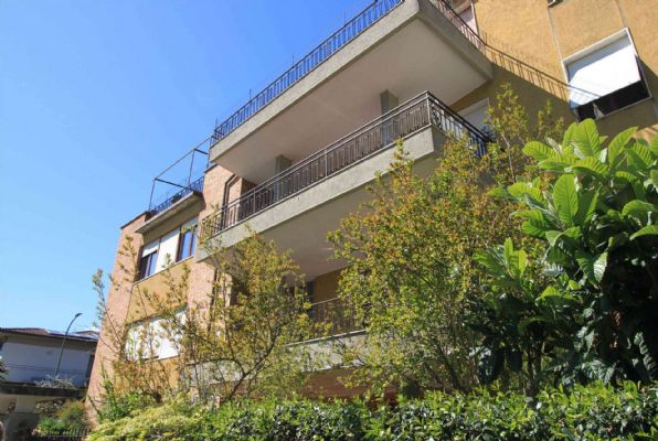 Zona STADIO - Viale Caravaggio 21 In piccola palazzina e contesto signorile appartamento di ampia metratura al piano primo s.a. attualmente composto