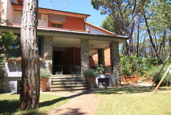 PRINCIPINA A MARE - Via della Triglia 4 A soli 400 mt. dal mare porzione di villa quadrifamiliare disposta su due livelli e con giardino angolare