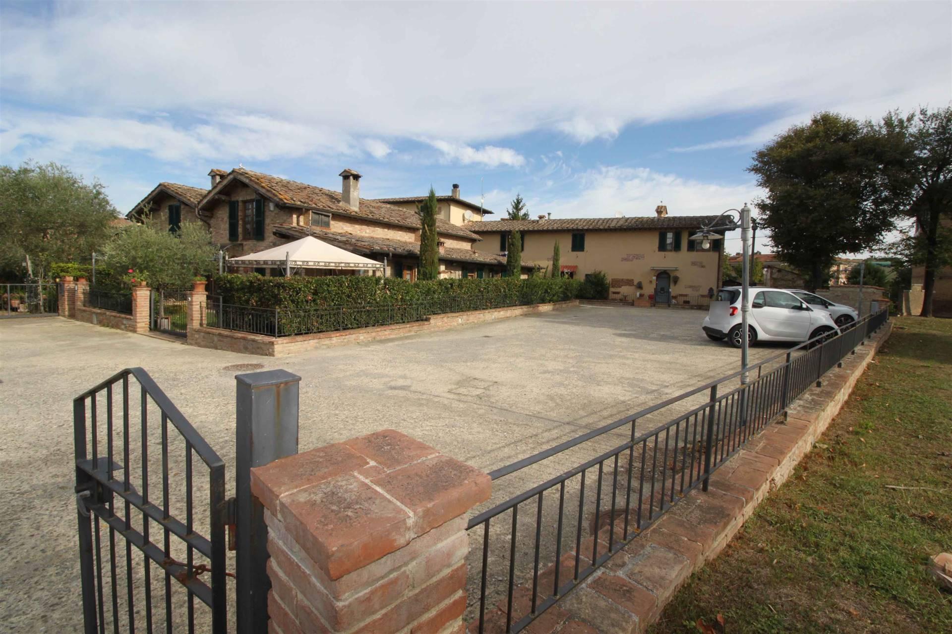 ISOLA D'ARBIA (SI) VIA DELLA MERCANZIA 47 Non distante da Siena centro appartamento indipendente in caratteristico borgo rustico del paese tutto completamente e finemente ristrutturato.
