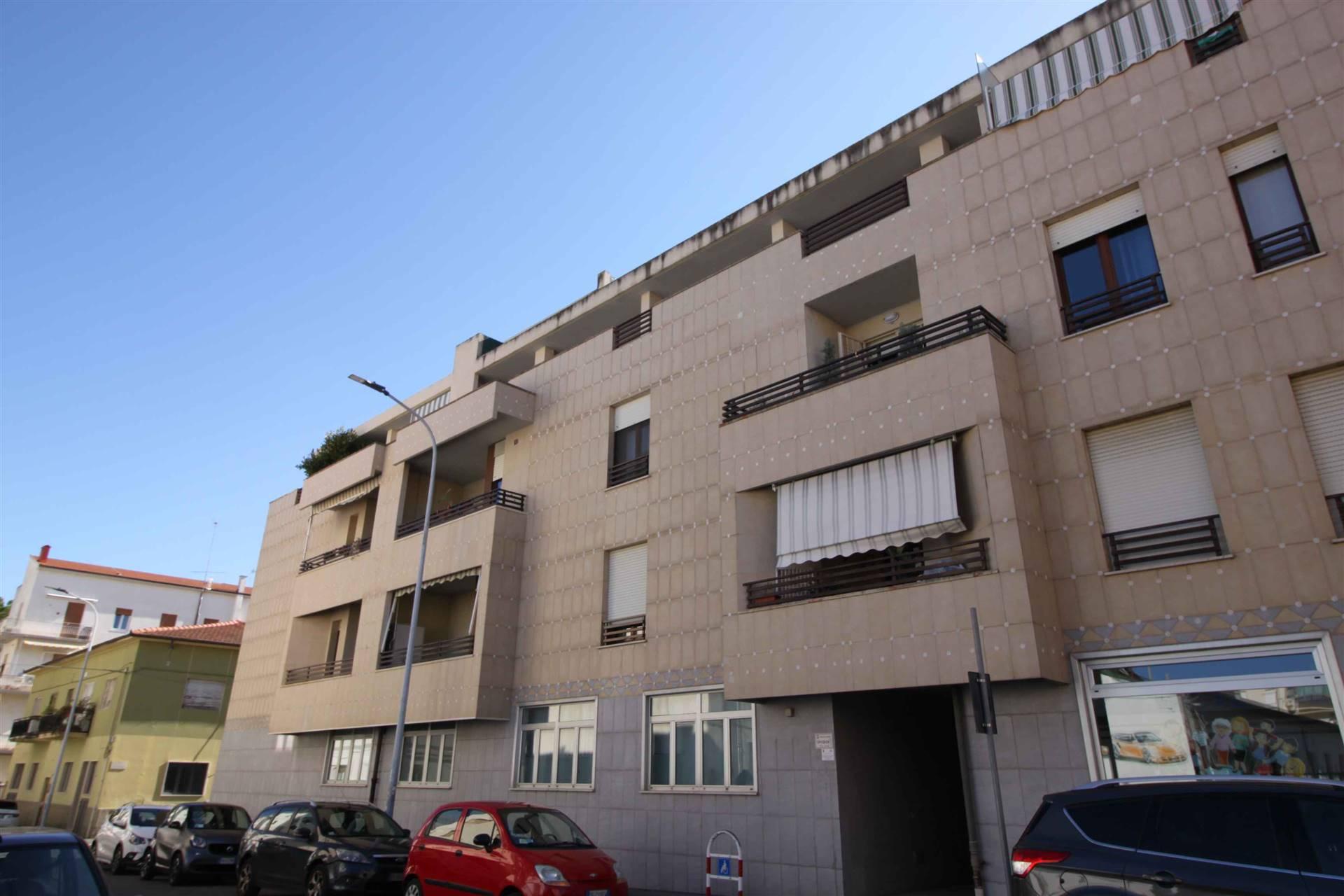 In piccola palazzina di soli 3 piani, appartamento in recente costruzione in zona centrale al piano secondo con ascensore composta di ingresso nel soggiorno con terrazza e ripostiglio, cucina con