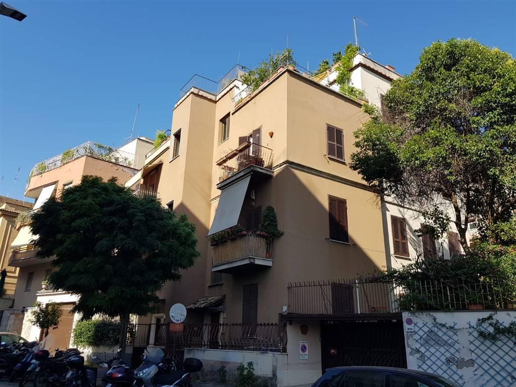 ROMA, MONTEVERDE, nelle vicinanze di Villa Pamphili e dalla stazione Quattro Venti, precisamente in Via Ludovico di Monreale, affittiamo un delizioso appartamento ristrutturato e finemente arredato.