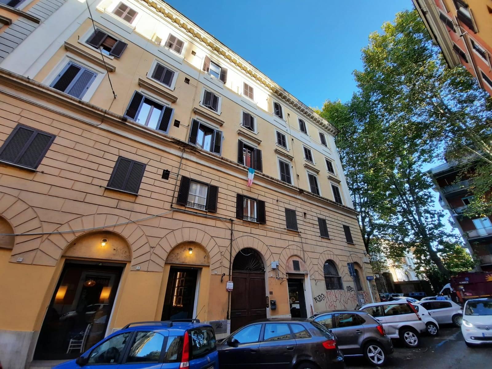 ROMA, TESTACCIO, nel cuore dello storico quartiere ricco di locali di ogni genere, esattamente in via Luca della Robbia, affittasi ampio bilocale di 65 mq. L'appartamento, posto al primo piano di