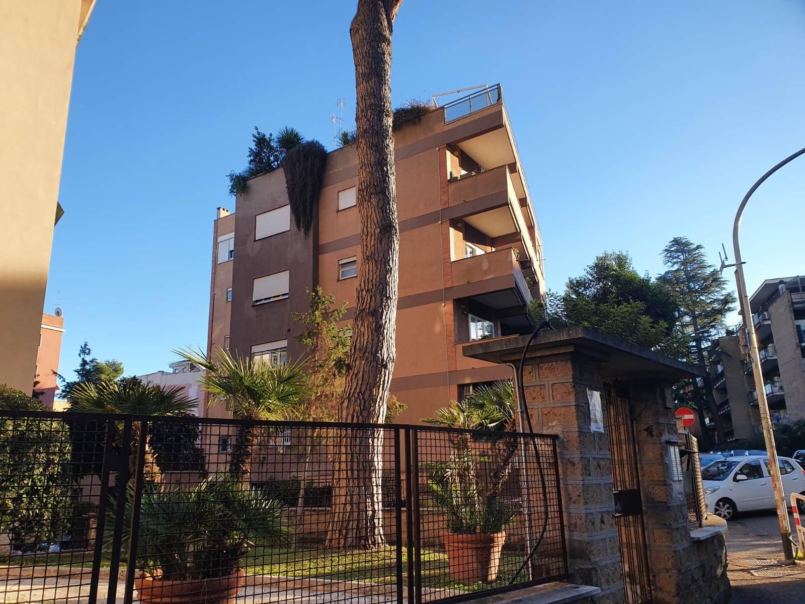 Talenti Via Carlo Dossi a due passi da Via Capuana e da Via Franco Sacchetti proponiamo in affitto appartamento piano alto di mq 145 composto da ingresso, salone, cucina abitabile, tre camere