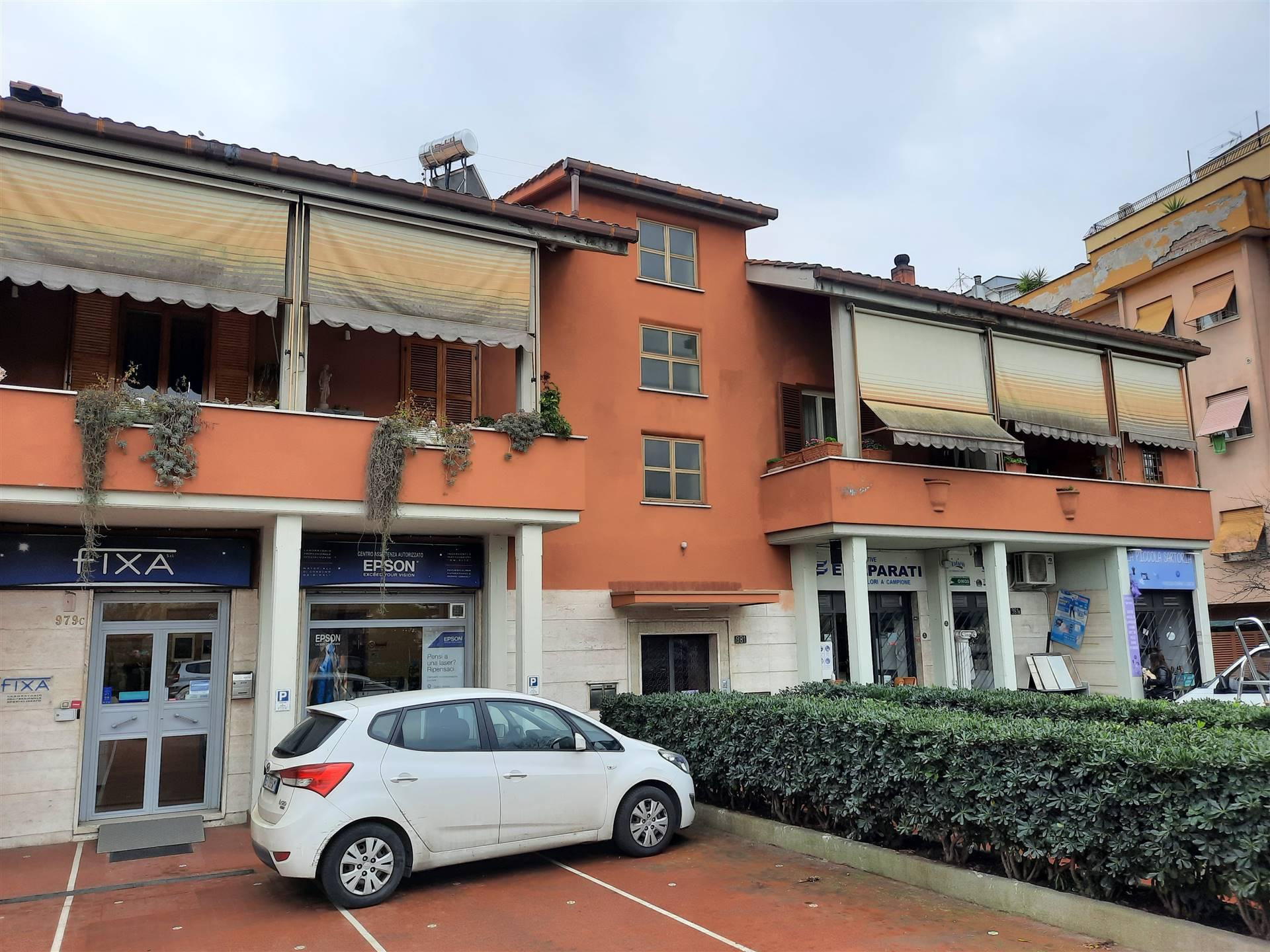 ROMA, TORREVECCHIA, affittiamo un locale C1 di 90 mq suddiviso in tre ambienti molto ampi con vetrine su strada e spazio antistante al locale per