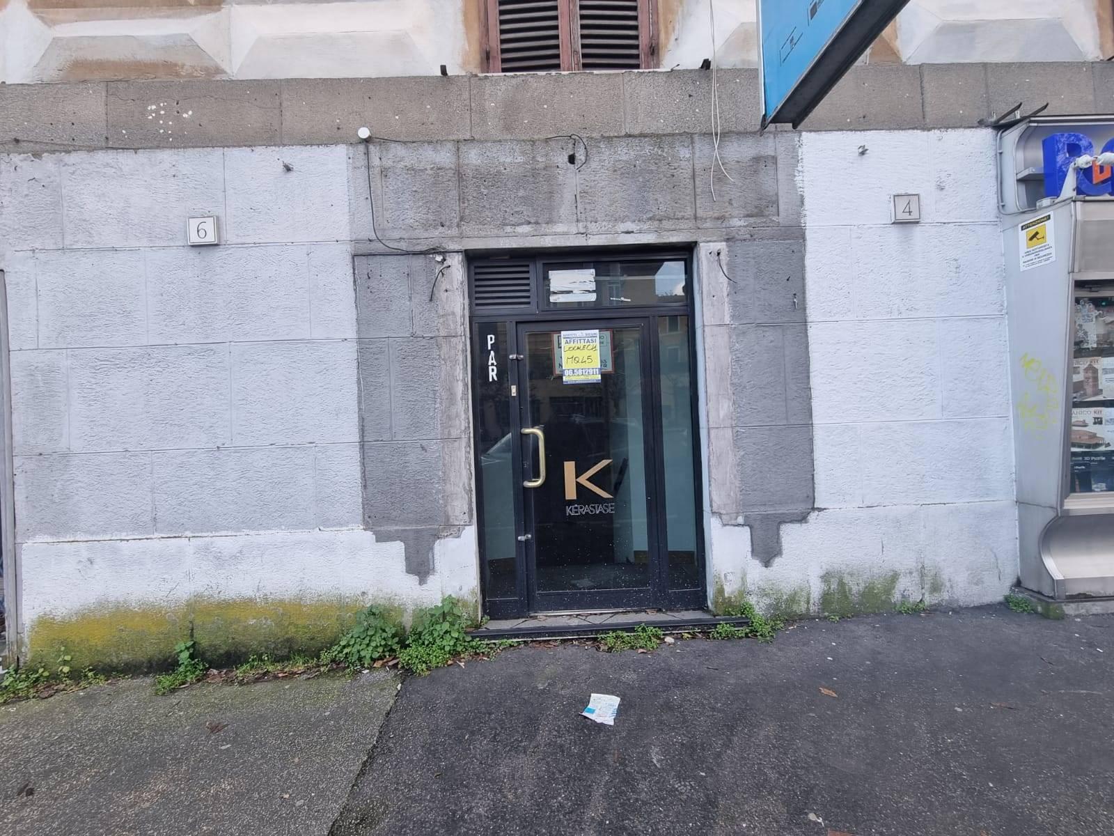 Torlonia Via Bari proponiamo in affitto locale C/1 di 35 mq con una vetrina su strada. Ideale per ufficio. L'immobile si presenta da ristrutturare,