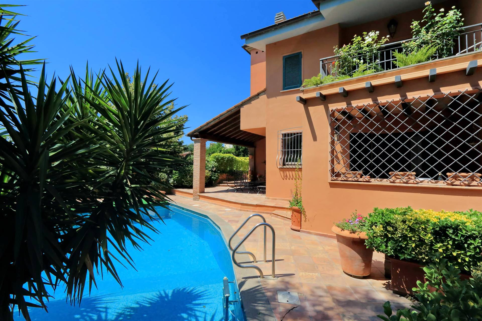 Castelnuovo di Porto, Flaminia, zona Montecardeto, a 16 km dal centro RAI SAXA RUBRA, in posizione panoramica e dominante proponiamo la locazione di una splendida villa unifamiliare con piscina,