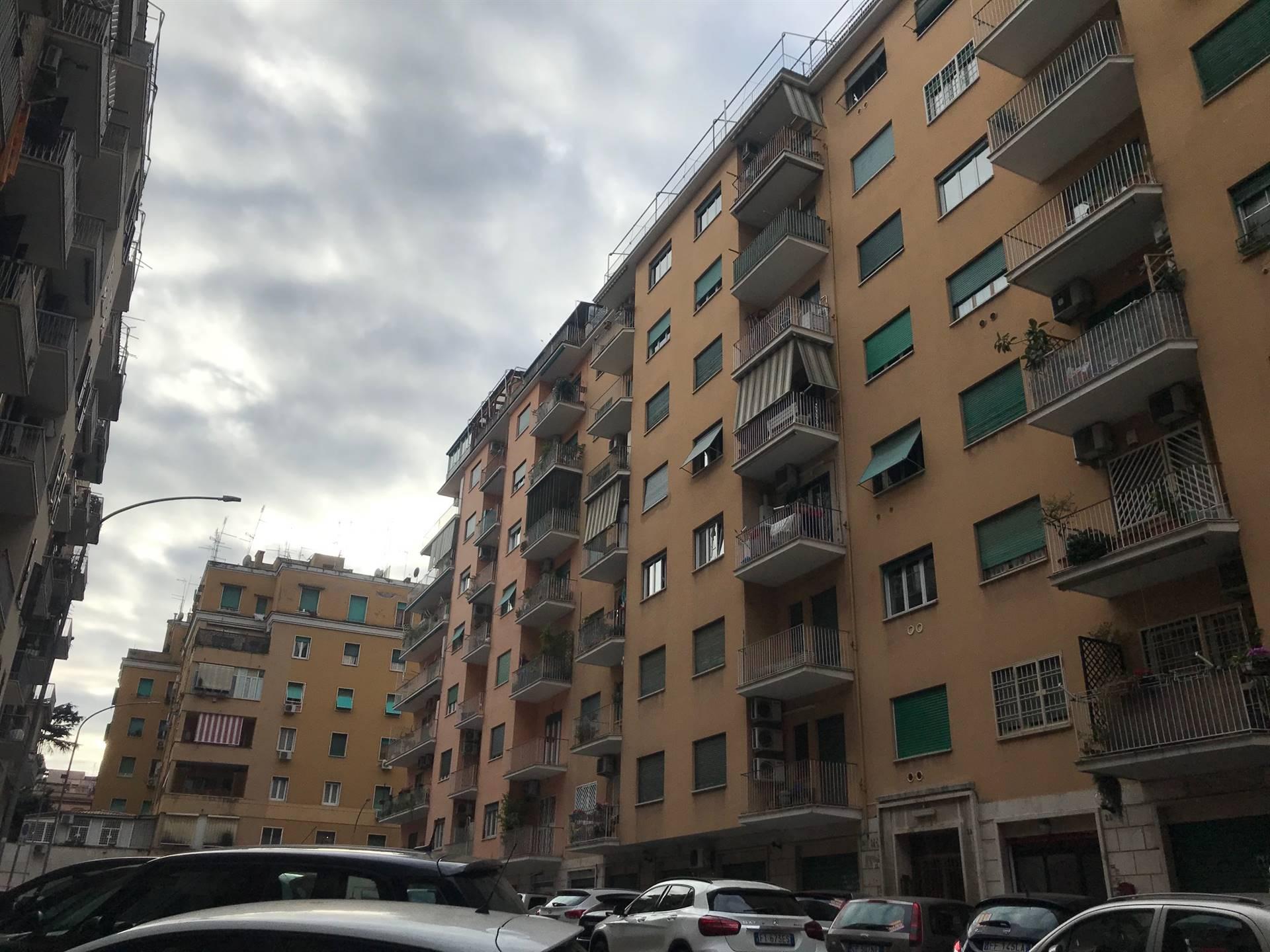 ALBERONE/FURIO CAMILLO si propone in affitto appartamento posto al sesto piano composto da: ingresso, cucina abitabile, ampio ripostiglio, camera da letto e bagno. L'immobile è completamente arredato,