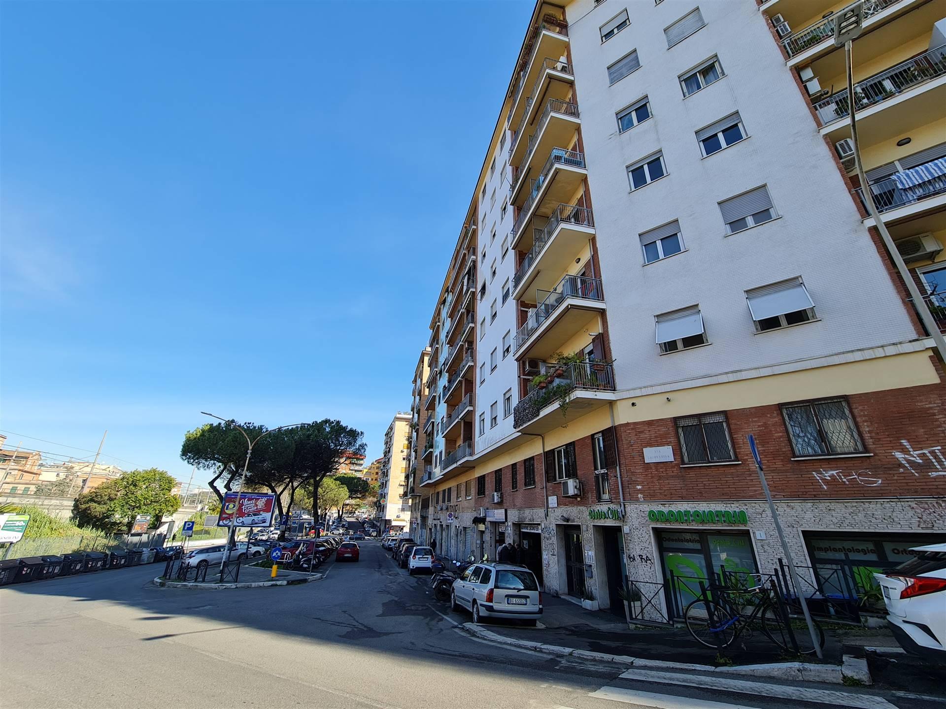 OSTIENSE, ROMA, precisamente all'inizio di via Laurentina a 300 metri dalla METRO MARCONI proponiamo 3 ampie stanze arredate in appartamento di circa 90 mq, con uso comune di cucina e bagno. La zona