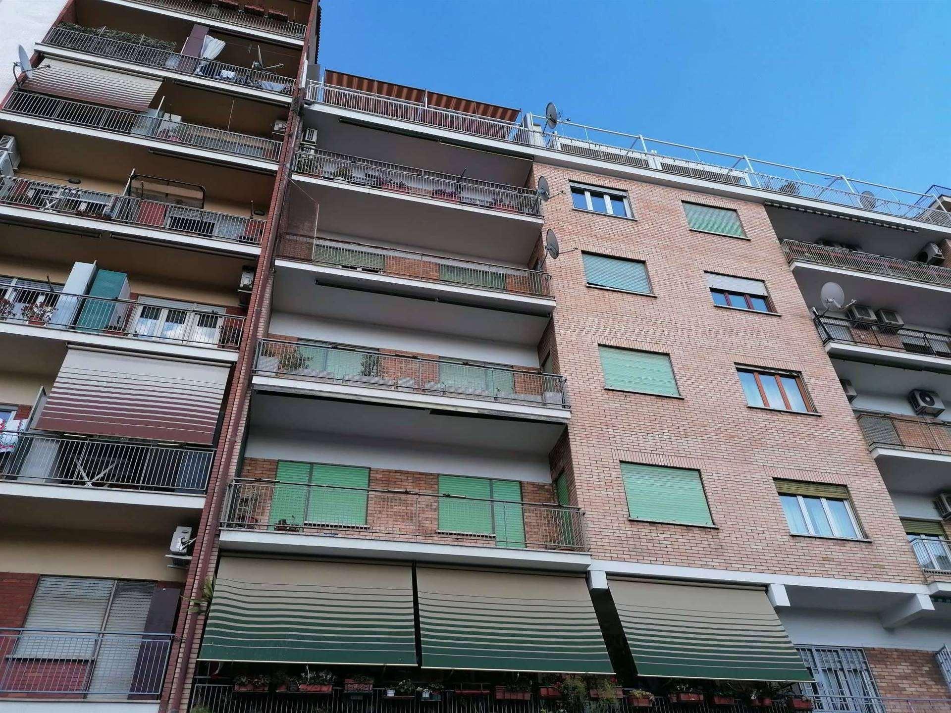 OSTIENSE, ROMA, precisamente all'inizio di via Laurentina a 300 metri dalla METRO MARCONI proponiamo 3 ampie stanze arredate in appartamento di circa