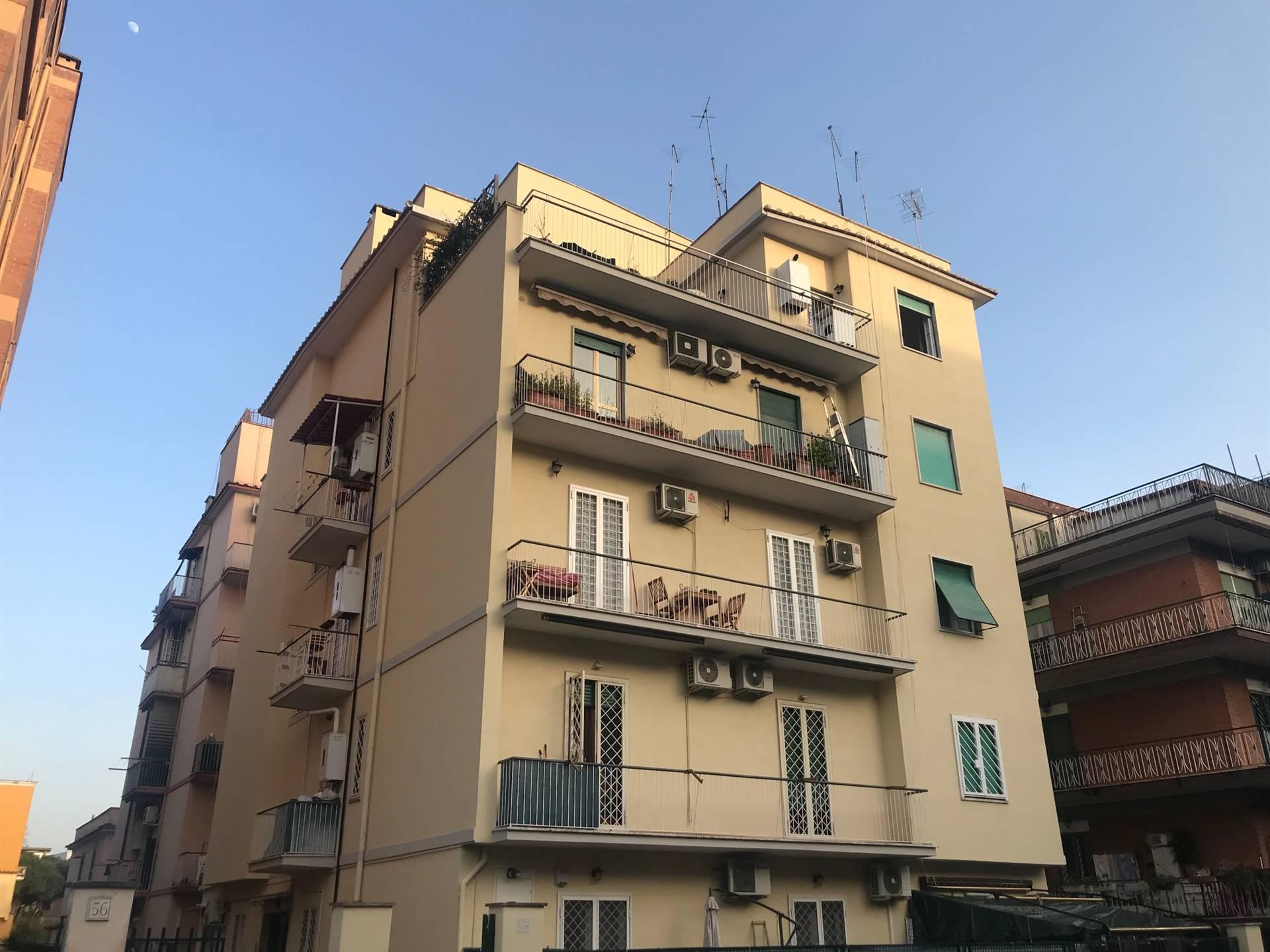 Centocelle/Alessandrino a due passi dalla fermata metro C e da piazza dei Mirti, si propone in affitto appartamento posto al primo piano in un contesto tranquillo. L'immobile è stato completamente
