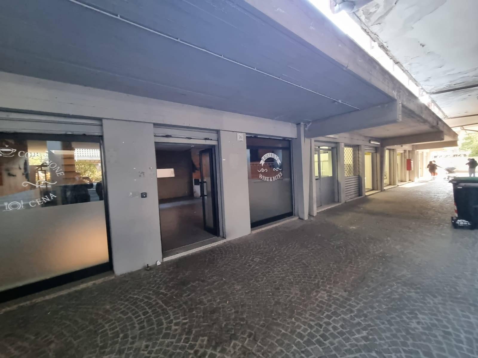 Casal de Pazzi Via Adriano Fiori proponiamo in affitto locale C/1 di 100 mq su inico livello con tre vetrine su strada e canna fumaria, tre bagni e