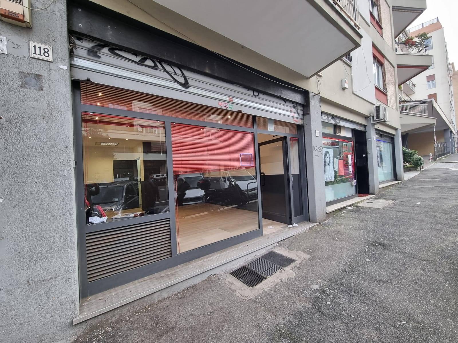 Aurelio, Via Baldo degli Ubaldi, fronte strada, ottima visibilità, disponiamo di locale commerciale unica ampia vetrina con serranda elettrica, si
