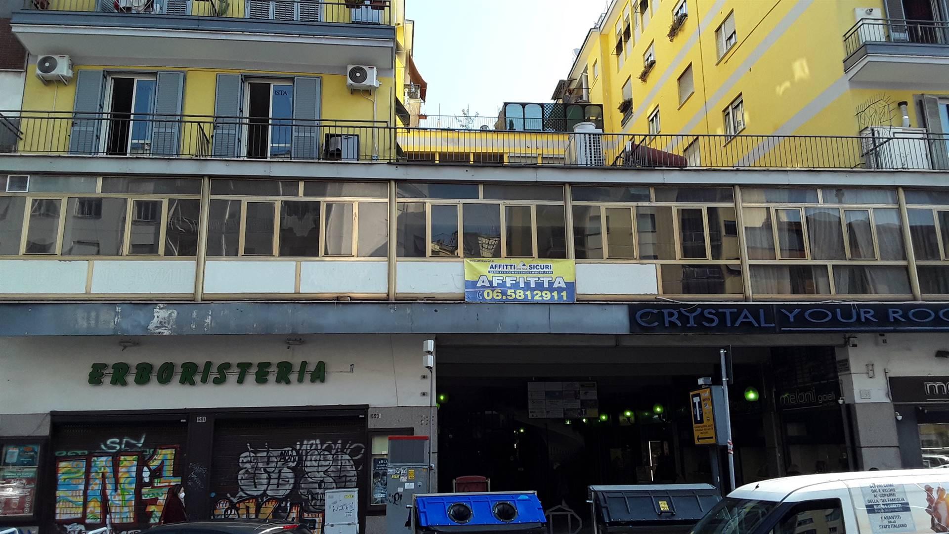 ROMA, nei pressi della fermata della metro NUMIDIO QUADRATO affittiamo locale Commerciale C1 di 90 mq al primo piano quindi con alta visibilità.