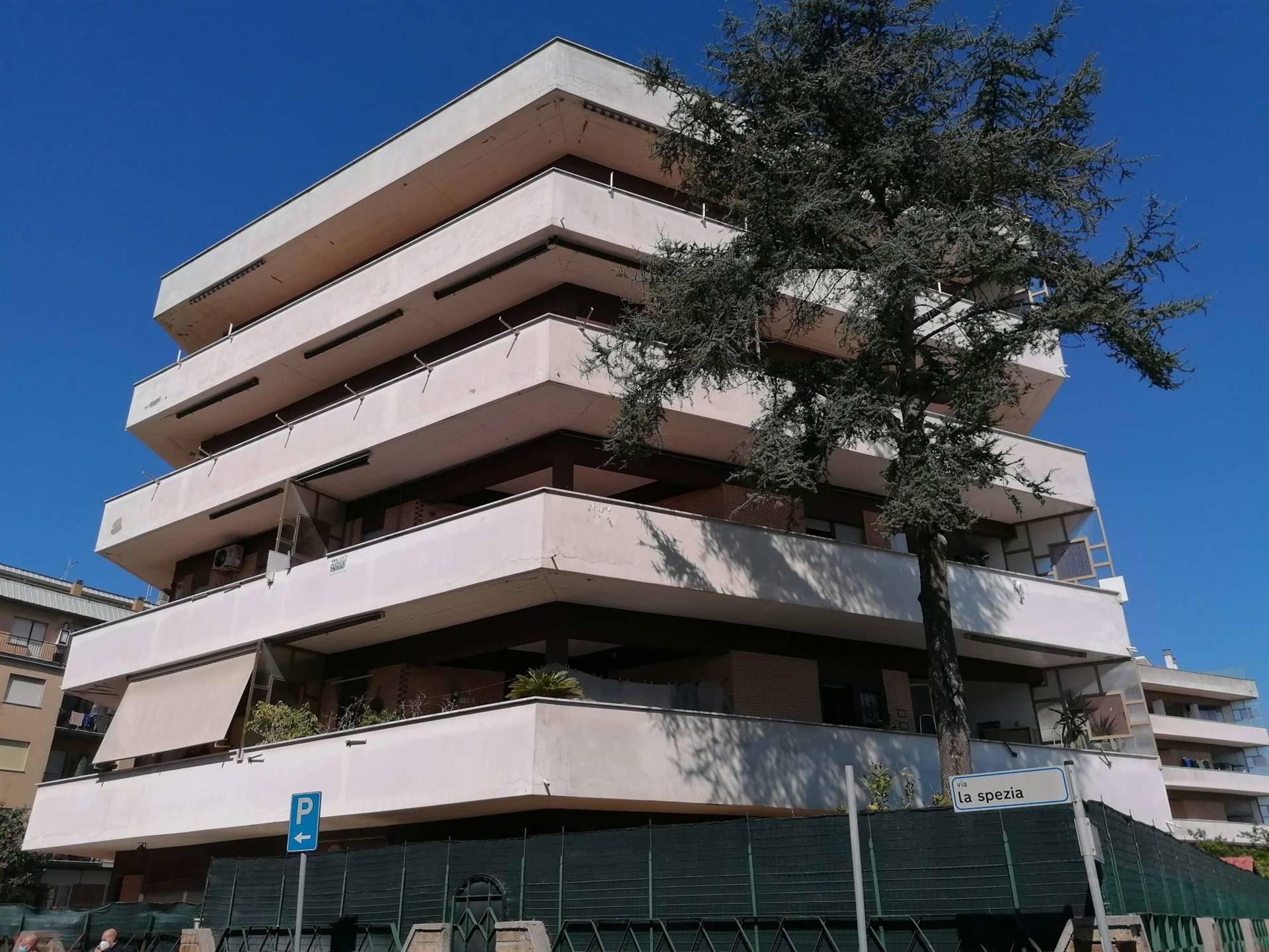 TORVAJANICA, adiacente piazza Italia, esattamente in Via La Spezia, a 500 metri dal mare, proponiamo la vendita di un appartamento di 80 mq posto al