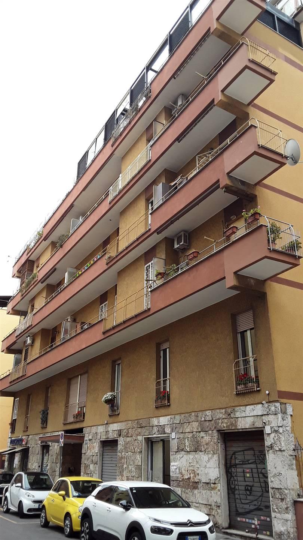 ROMA, UBALDI precisamente in Via Giuseppe Palombini locale C1 con ingresso su strada molto visibile, su due livelli completamente ristrutturato e ben