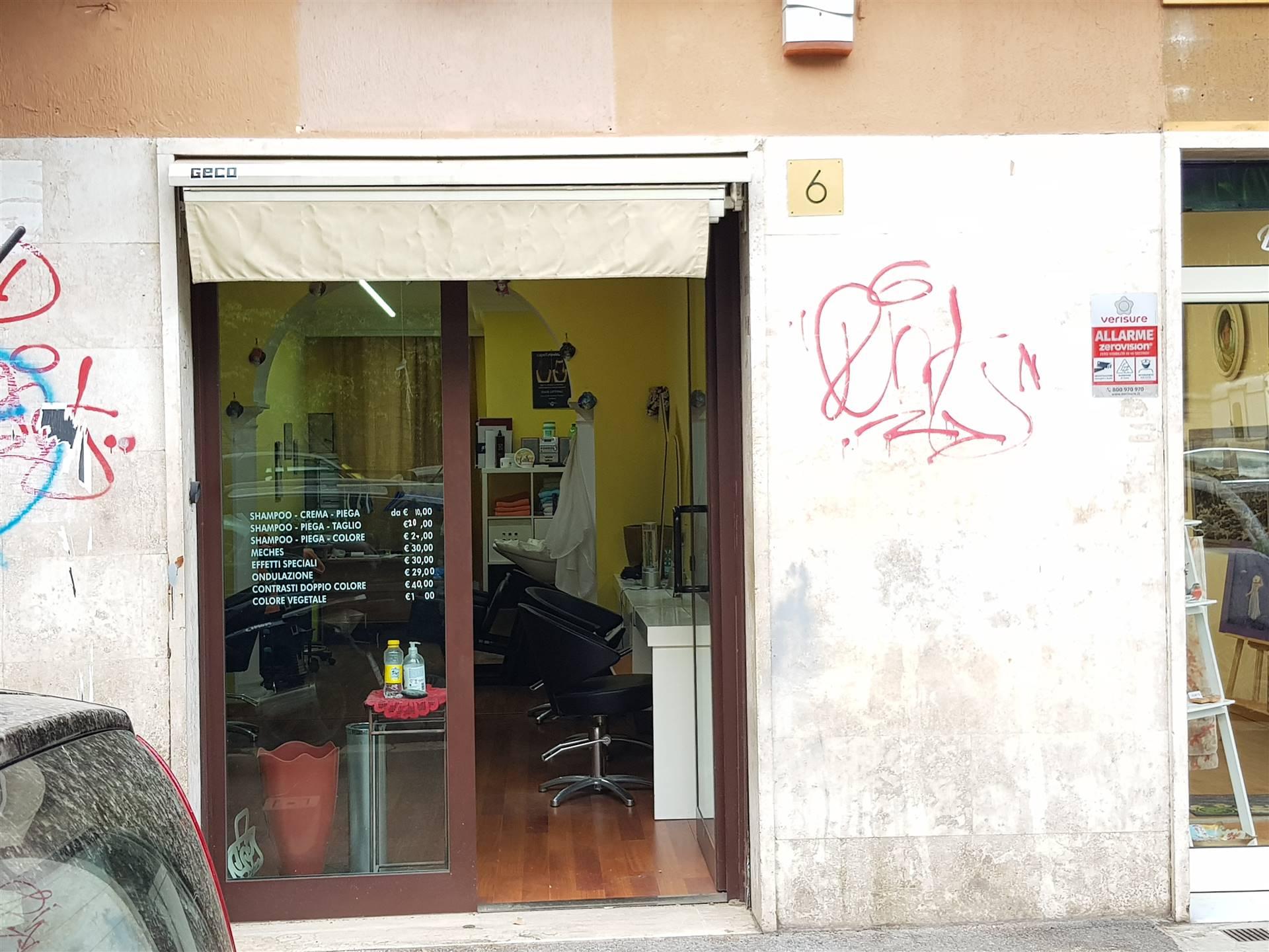 PRENESTINA, a 50 metri dal mercato Villa Gordiani, vicino molteplici attivita', precisamente in Via Rovigno d' Istria, si propone in affitto locale