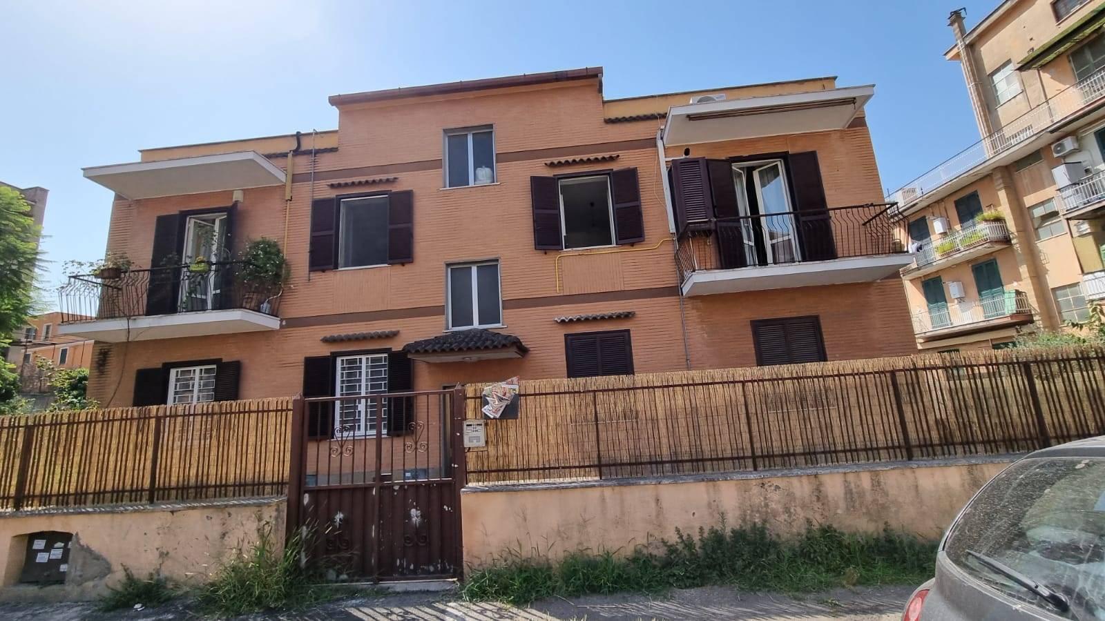 Casal De Pazzi Via Giovanni Battista Scanaroli a 600 metri dalla metro Rebibbia in piccolo stabile in cortina proponiamo in affitto appartamento di