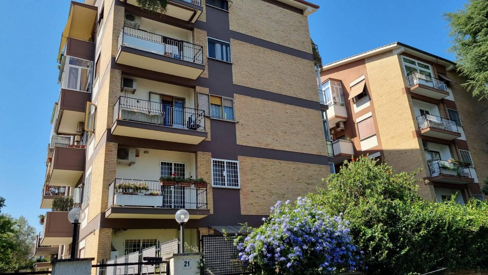 Talenti viale Ionio adiacente Via Ugo Ojetti in stabile in cortina proponiamo in affitto appartamento mq 100 composto da ingresso, ampio salone,